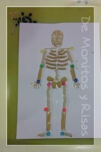 Esqueleto hecho de pasta y cuentas