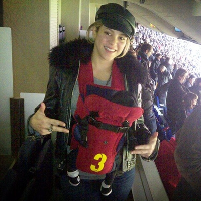 Shakira llevando a su bebe en una colgona