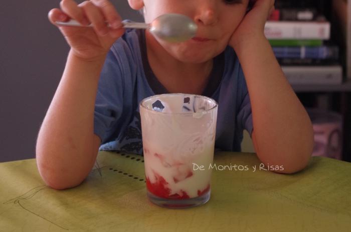 Lucas comiendo las fresas